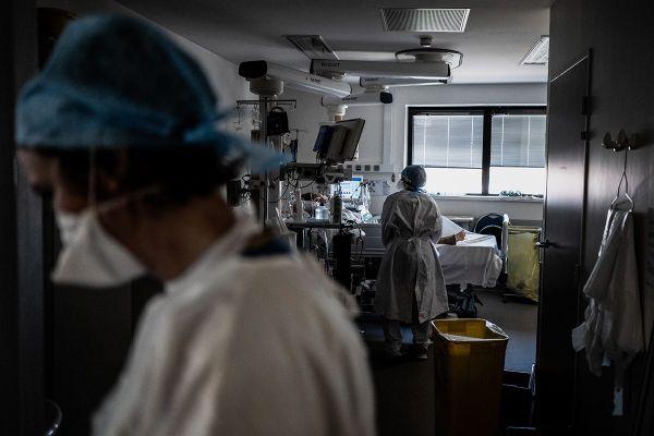 Pour le professeur Jean-Luc Fellahi, chef du service anesthésie-réanimation à l'hôpital Louis Pradel e Lyon, l'état de santé moral du personnel soignant est inquiétant après la 2e vague de l'épidémie du coronavirus Covid-19 en France.