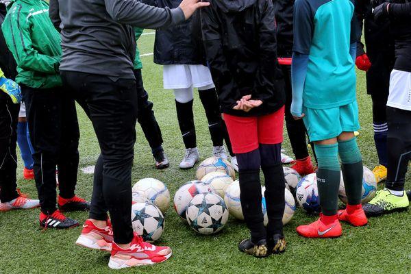 Des enfants à l'entraînement dans un club de foot - Photo d'illustration