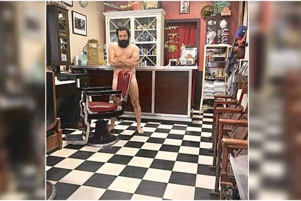 Un barbier de Chambéry a posé nu sur les réseaux sociaux pour alerter sur les difficultés des petits commerces.