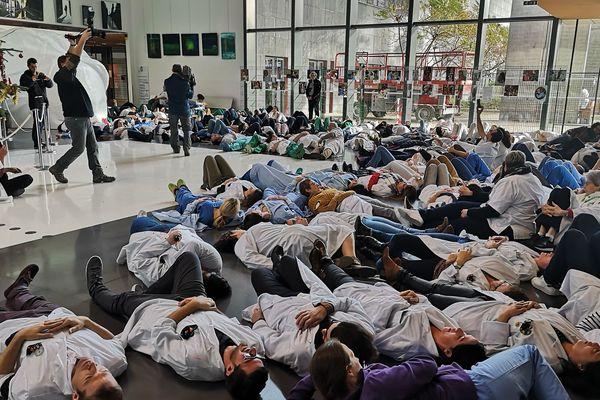 Mardi 17 décembre, environ 200 membres du personnel soignant de CHU Estaing, se sont allongés dans le hall de l'hôpital.
