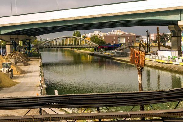 Le canal Saint-Denis, ici au niveau de la commune d'Aubervilliers (Seine-Saint-Denis).