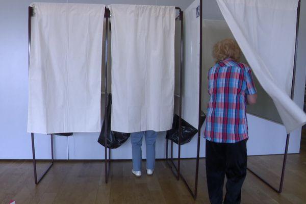 Isoloir dans un bureau de vote
