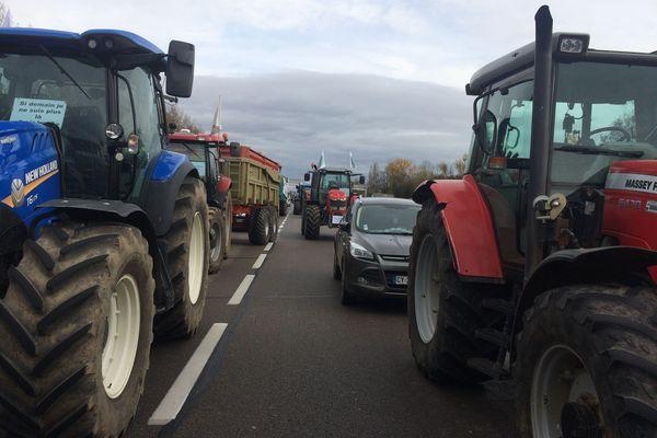 Les agriculteurs bloquent les principaux axes qui desservent Lyon