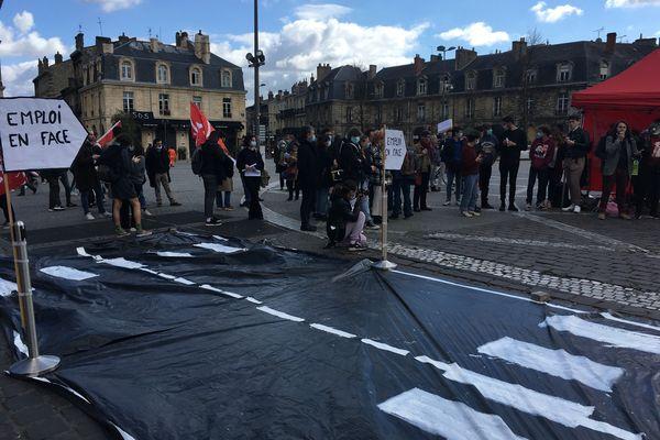 """Les manifestants ont imaginé un atelier """"traverse la rue pour trouver un emploi"""""""