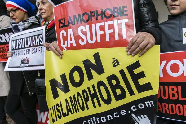 """Une rassemblement appelé """"Stop Zemmour"""" devnat la chaîne CNews le 2 novembre 2019 à Boulogne-Billancourt."""