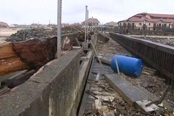 Une partie de ce barrage a été cassée.