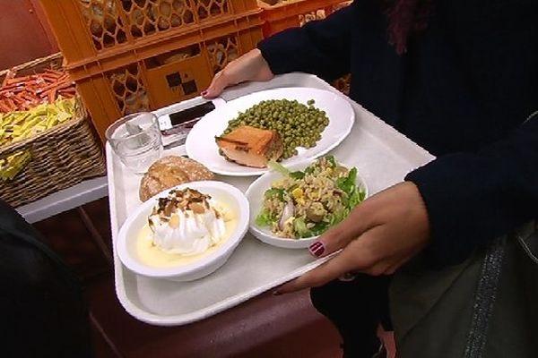 Le restaurant universitaire de Reims Croix Rouge se lance dans la lutte contre le gaspillage alimentaire.