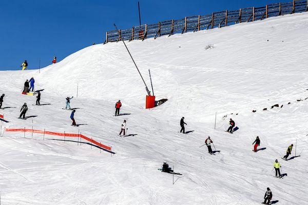 Le skieur amont doit laisser la priorité au skieur aval et adapter sa trajectoire pour ne pas le gêner.