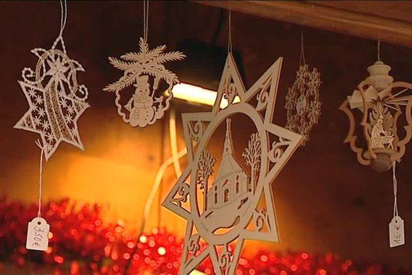 Des décorations de Noël en bois, un exemple du savoir-faire des artisans locaux.