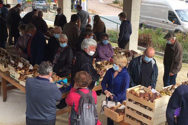 Des amateurs et revendeurs venus sous la halle en nombre ce lundi s'emparer des cageots...