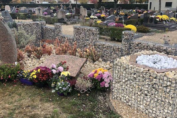 À droite, le puits de dispersion du cimetière de Quetigny.