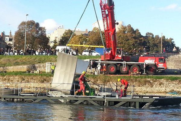 """L'hydrolienne """"Hydroquest"""", installée dans la Loire à Orléans pour une phase de test"""