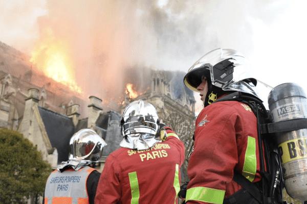 400 pompiers de Paris ont été mobilisés pour éteindre l'incendie qui a ravagé la cathédrale Notre-Dame.