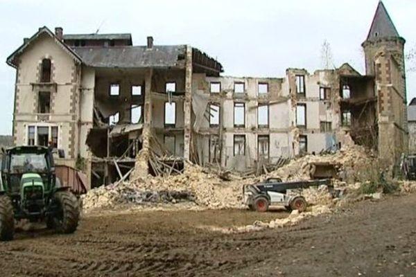 A Saint-Honoré-les-Bains, les engins de chantier chargés de la démolition de l'hôtel du parc peuvent continuer à faire leur besogne.