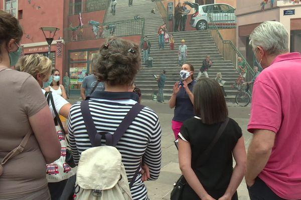 Les guides-conférenciers de l'association Grenat (AURA) s'associent à un un mouvement national qui  a déposé un recours contre la réforme de l'assurance chômage.  Ici, lors d'une visite guidée devant un mur peint à la Croix-Rousse à Lyon le 21/09/20.
