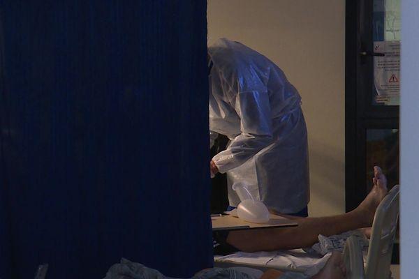 Un soignant au chevet d'un patient Covid à l'hôpital de Grasse.