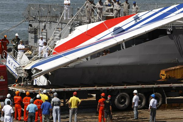 """Le 14 juin 2009, la frégate Brésilienne """"Constituicao"""" rapporte, quelques jours après le crash, au port de Recife la dérive de l'Airbus Air France Rio-Paris qui comptait à son bord 228 personnes."""