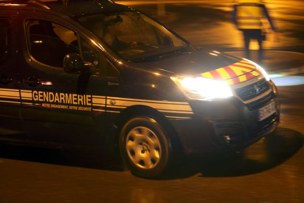 La gendarmerie de Cannes est toujours à la recherche des auteurs de l'accident.