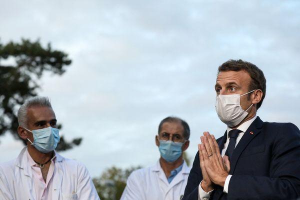 Le président de la république Emmanuel Macron lors d'un micro tendu à l'issue d'une réunion au centre hospitalier René Dubos de Pontoise, dans le Val d'Oise, pour échanger avec les équipes qui répondent à la vague épidémique de Covid-19.