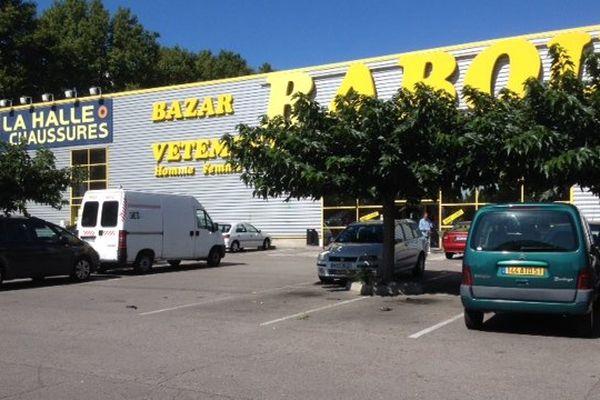 Une femme reçoit de violents coups de couteau sur le parking du centre commercial du quartier du moulin à vent à Perpignan.