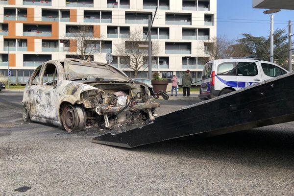 L'heure est au nettoyage, et à la consternation, à Rillieux-la-Pape (Métropole de Lyon), après les échauffourées qui ont éclaté vendredi 5 mars dans le quartier Les Alagniers. Une quinzaine de voitures ont brûlé, et 6 personnes interpellées.