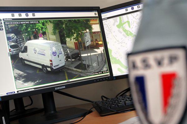 Visionnage des vidéos des caméras de surveillance - Photo d'illustration