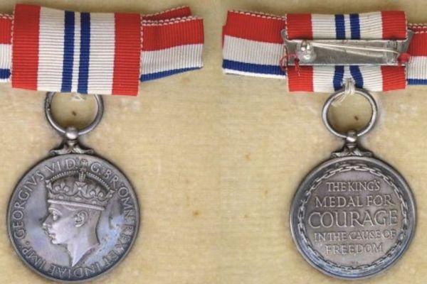 La médaille du courage attribué à Bernard Cournil, reçue des mains de la Reine Mère d'Angleterre.