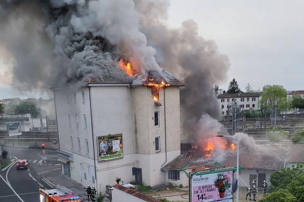 Le spectaculaire incendie de l'hôtel du Parc à Bourg-en-Bresse.