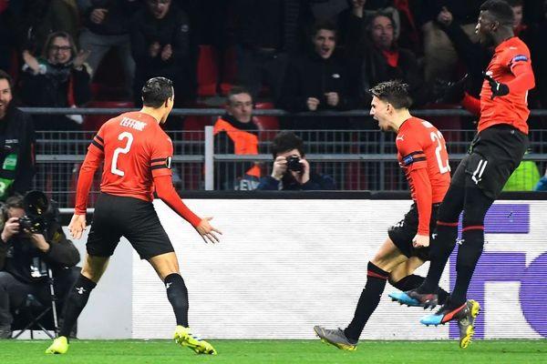 Le milieu rennais Adrien Hunou félicité après son but dès la 2ème minute de la rencontre entre Rennes et le Betis Séville en 16ème de finale de la Ligue Europa - 14/02/2019