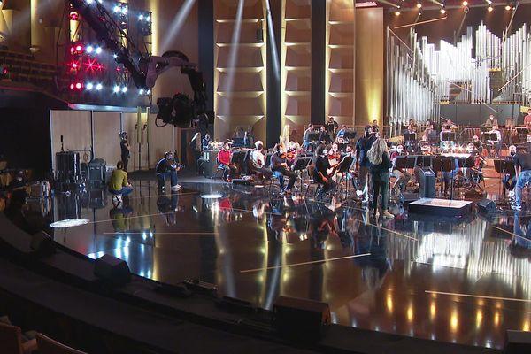 Les intermittents du spectacle veulent se faire entendre et interpeller la ministre de la culture Roselyne Bachelot à l'occasion de la cérémonie des Victoires de la Musique classique, diffusées mercredi 24 février. La scène a été occupée symboliquement juste avant les répétitions.
