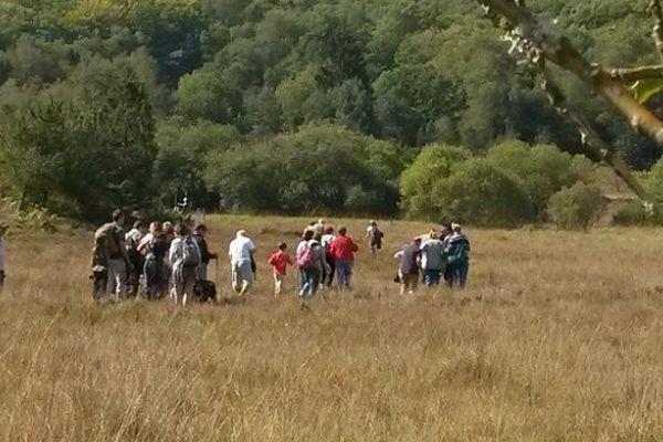 Un groupe de personnes malvoyantes visite la tourbière des Dauges