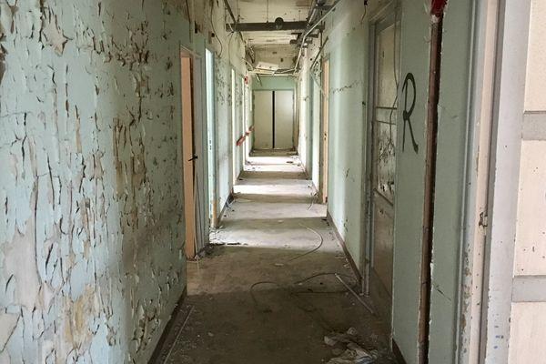 Un couloir du bâtiment abandonné