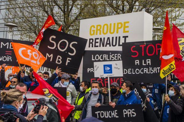 Les salariés de la fonderie MBF devant le siège de Renault, le 8 avril 2021.