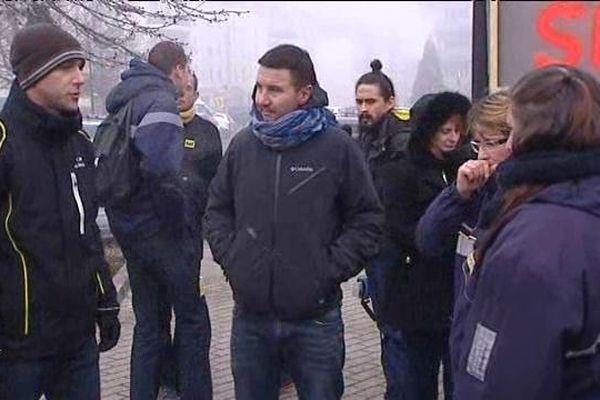Olivier Besancenot est venu apporter son soutien aux postiers en grève à Meyzieu ... 5/1/15