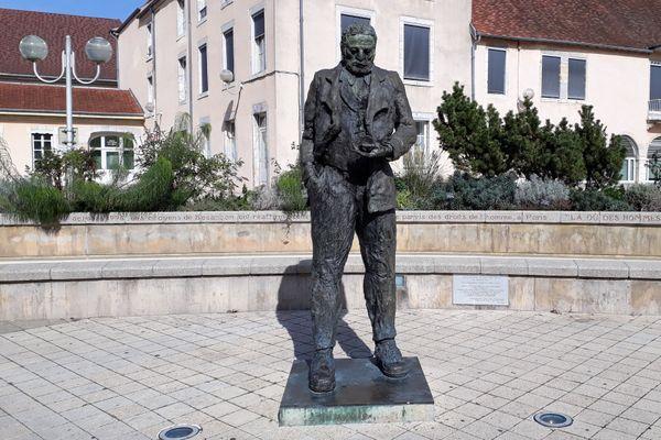 Statue de Victor Hugo au centre-ville de Besançon.