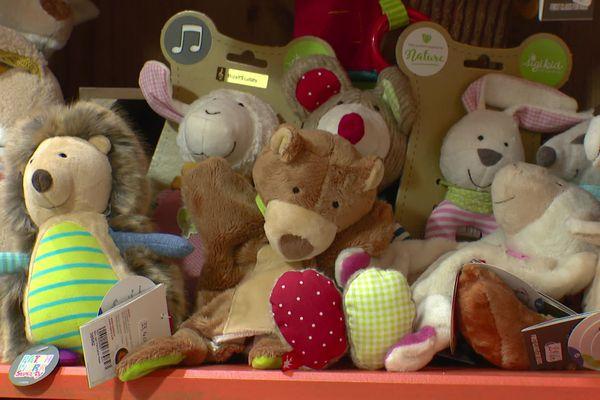 """Les peluches et doudous espèrent être vendus très rapidement pour Noël, dans ce magasin, """"Poisson d'Avril"""", à Lyon. La boutique réalise à peine 1/4 de son chiffre habituel, et espère pouvoir ré-ouvrir le plus rapidement possible."""