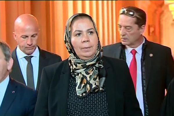 Le 25 mars, arrivée de Latifa,  mère d'Imad Ibn Ziaten au palais de justice de Paris