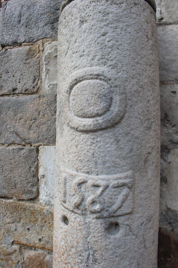 La petite curiosité de l'église Saint-Martin :croix en grès ou pilori ?