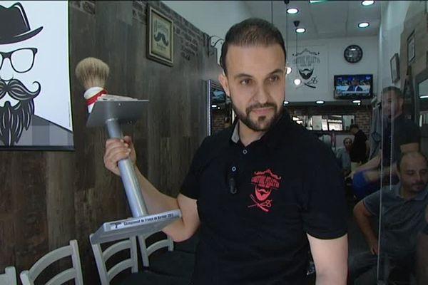Hakim Zaidi, avec son trophée de second meilleur barbier de France
