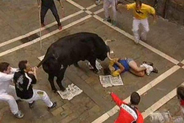 L'acharnement d'un taureau sur un jeune homme le déshabillant et lui portant de très nombreux coups, lors de l'enciero du 12/07/2013
