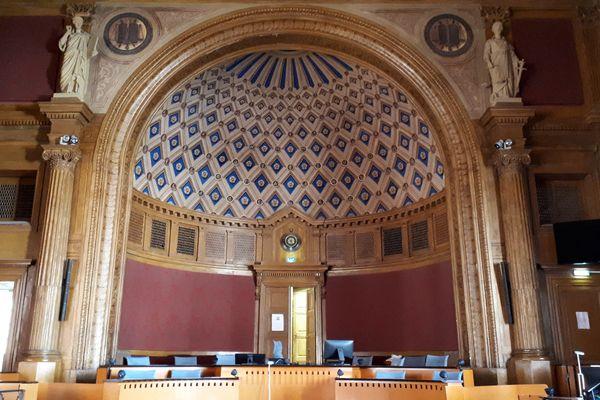 Cour d'assises de Haute-Garonne, à Toulouse. Salle d'audience, vue du côté du public. Illustration.