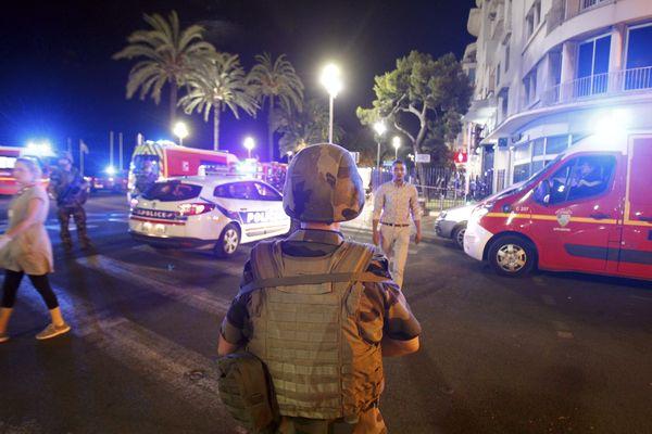 Deux hommes, soupçonnés d'avoir un lien avec la fourniture d'une arme destinée à l'auteur de l'attentat, ont été libérés le 30 novembre dernier pour vice de procédure.