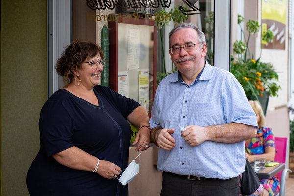 Marie Lyne et Pascal Folleau, les propriétaires du gîte de l'Arcombelle, à Montigny-le-Roi en Haute-Marne, août 2020