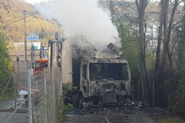 Un camion transportant des cartons de cigarettes a été braqué et incendié à Vienne (Isère) le 30 mars 2021.
