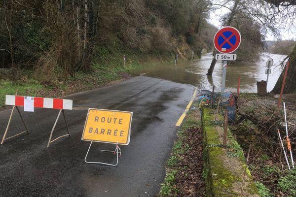 La route départementale qui longe la rivière Dordogne sous les eaux au niveau Beynac. Cliché du 2/02/2021