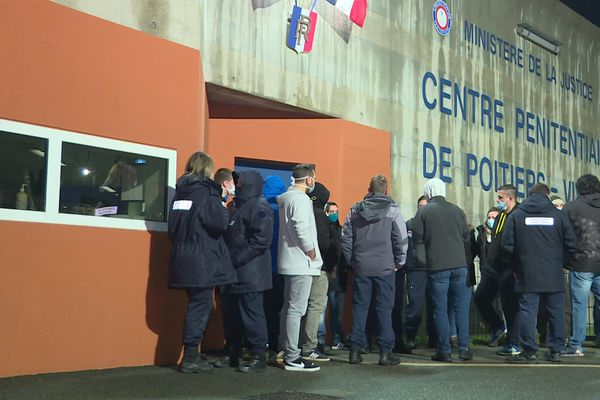 Manifestation des surveillants pénitentiaires devant la prison de Vivonne