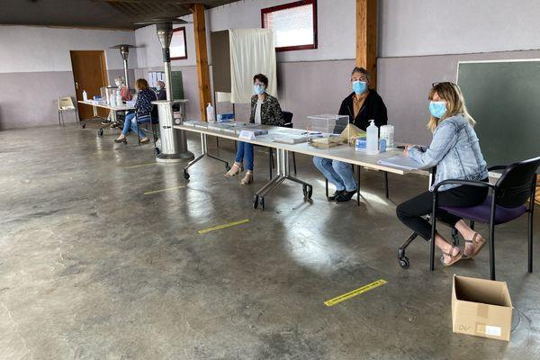 Dans ce bureau de vote de Berles-au-Bois dans le Pas-de-Calais, les assesseurs ont attendu les électeurs ce dimanche 20 juin.