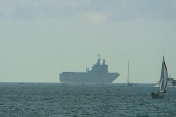 Le porte-hélicoptères Dixmude, ce matin, au large de la rade de Toulon