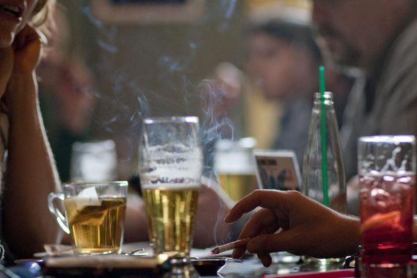 """La fermeture des bars aurait plutôt fait baisser la consommation de cigarettes des fumeurs """"festifs""""."""