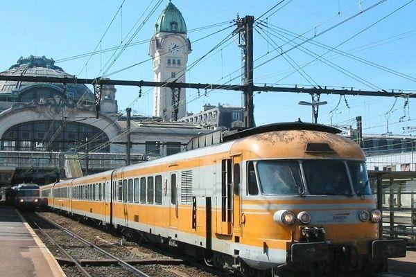 Turbotraineffectuant la liaison Bordeaux-Lyon en gare de Limoges en 2003